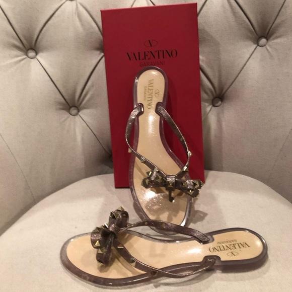 723abe955d3b Valentino Rockstud thong sandals. M 5c3beff8e944ba52efa8e5a5